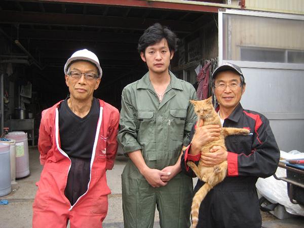 渡辺俊夫(右)と息子さんとお兄さん